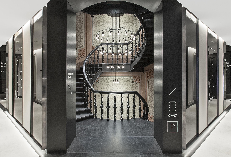 Żyrandol przy schodach